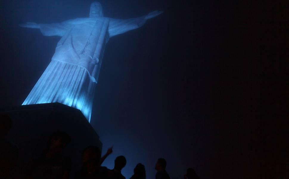 Cristo_Corcovado_azul_visto_da_base